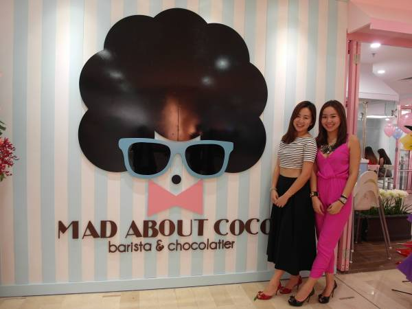 Mad About Coco创办人Jady( 粉红衣)跟姐姐Michelle 一起打造疯狂巧克力,让更多人品尝到美味的巧克力,为巧克力而疯狂!