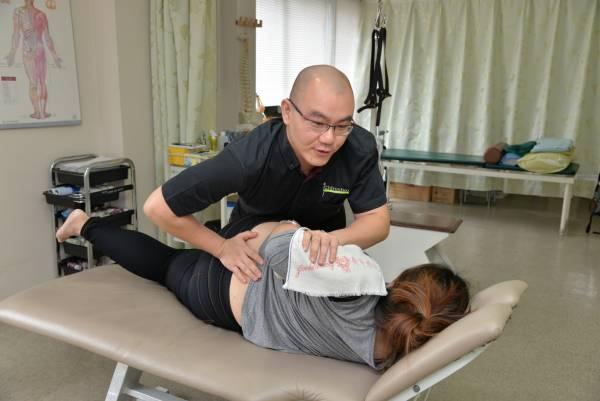 赵医师表示,许多年轻一族因长时间对着电脑或玩手机等科技产品,以致颈椎出现问题,因此不建议长时间维持同一姿势,防止肌肉僵硬。