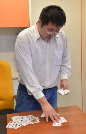陈颉穆大师也擅长扑克牌占卜,替顾客透视先机!