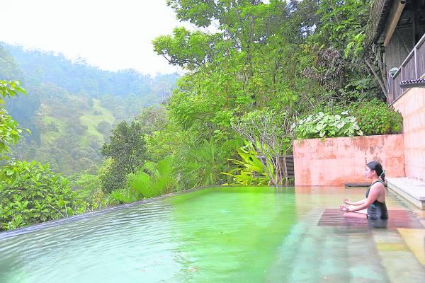 倘佯在视野极佳的游泳池,和自然环境更亲近,让你的身体和山川一同呼吸,回归自然。