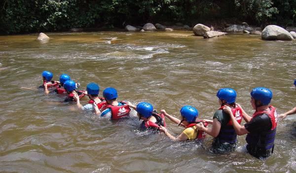 一个个排好队,手搭肩膀以免过河时被激流冲走。