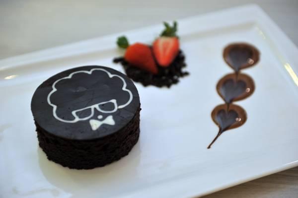 店里的主打巧克力甜品 Mad About Coco ,热巧克力倒上 便会融化,形成心型,内里还有微酸的草莓一解甜腻。