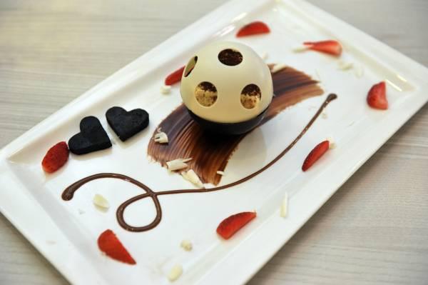 Innocent Devil Tiramisu Ball以UFO 飞船作为造型,设计相当吸引眼球。无辜的白巧克力被热情的黑巧克力融化,提拉米苏就藏在里面!
