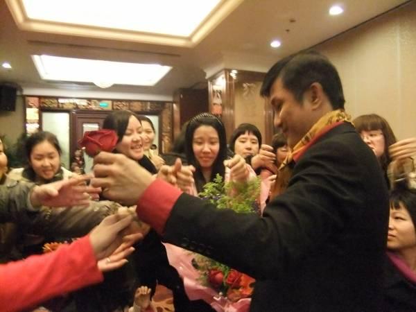 王居士可说是许多女性的婚姻救星,经过他的易容后,生活都过得幸福美满,而王居士在中国亦有甚多支持者追随。