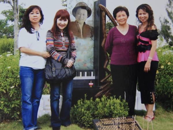 每逢清明节 ,李秀美(左一起)、婷婷(李逸的遗孀)和友人都会结伴到富贵山庄拜祭邱清云和李逸。