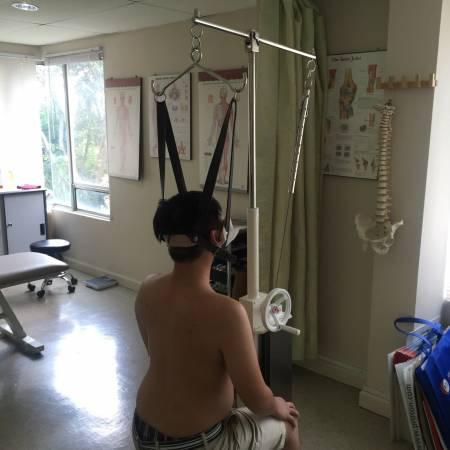 有的患者因颈椎问题,因此需要牵引椅「帮忙」矫正。
