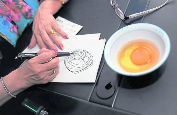 师太用鸡蛋查出小陈中的是夺命无形的血降。