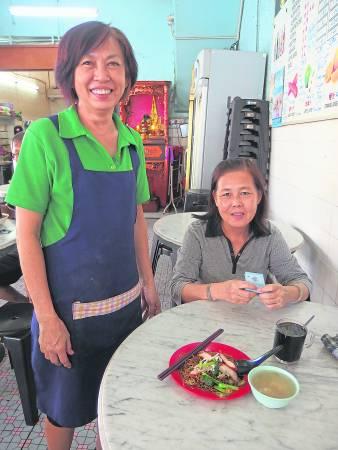 陈家三姐妹的云吞面档做的几乎都是熟客生意。