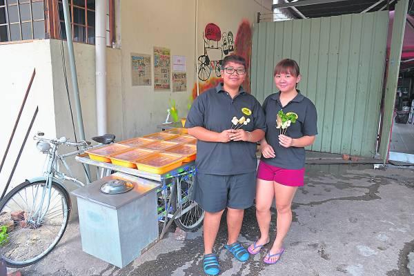 邓雅莹以及连如意原本以三轮车当档口,现在已经迁移进一个可以遮风挡雨的小货仓当店面了。