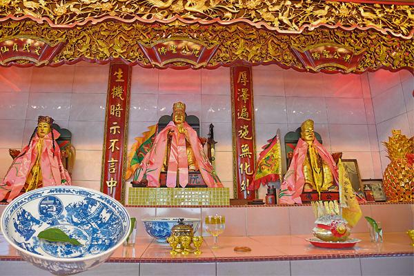 据说,莫名哭闹的孩子来到阮梁圣佛前,就会自动安静下来,非常玄奇。