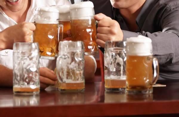 熬夜应酬喝酒,这是导致现代人肝脏功能失调的主因。