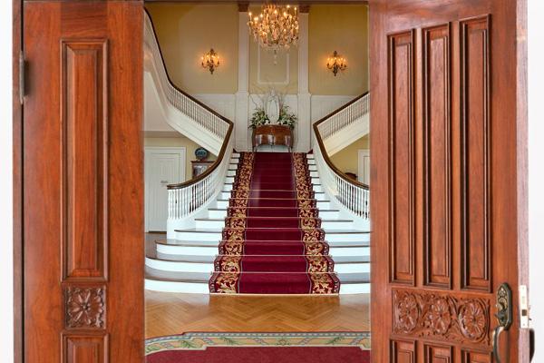 """一打开家门见楼梯,这表示空心不实,犯了典型的""""踏空煞""""。"""