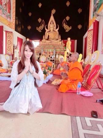 齐娜爱拜神,但拜的都是泰国神,她之所以会结下泰缘,是因为她曾被四面佛救过一命。