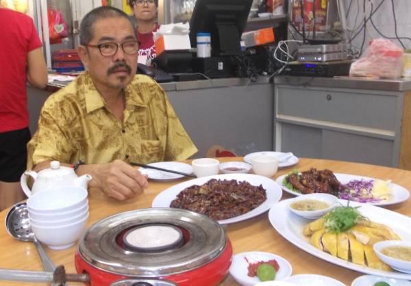 补镬佬许树生再次拿起锅铲重出江湖,2000 年终于凭着平、靓、正的古早乡菜,打动了食饕味蕾,刷亮了招牌。