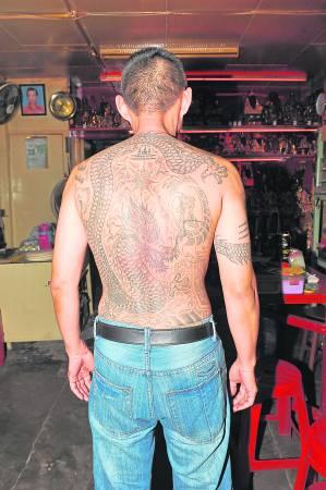 """因年轻时曾加入黑帮,为了提升气势,他请了一位白衣师父在背后纹了一条神龙,没想到却触犯了""""土龙"""",运势直落,还牵连到孩子。"""