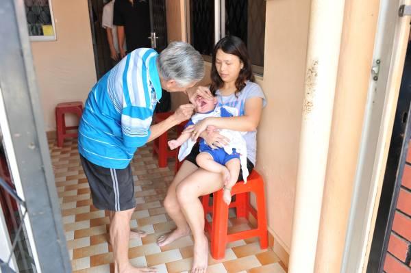 病人中竟然有年轻的妈妈带着小孩来看诊,她们都是在父母的介绍下,来给先生妈看病的。