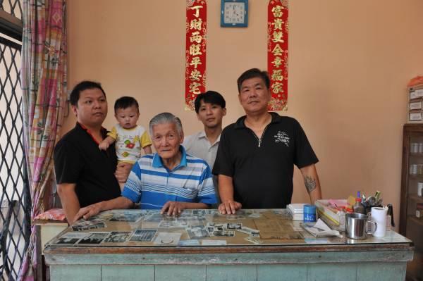右一为第四代的传人陈先生,右二是他的外甥,中间为第三代传人老伯。