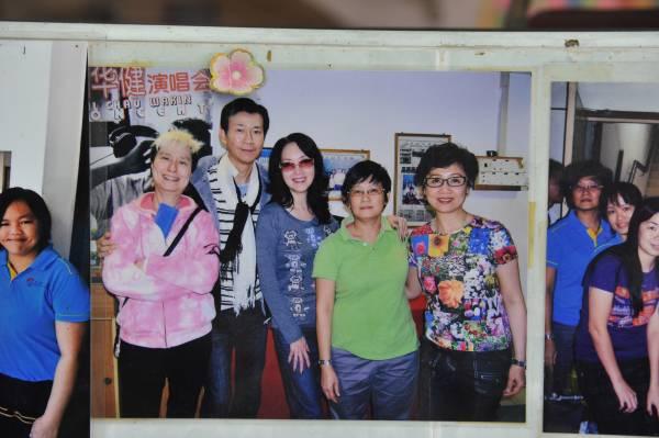 钱丽芬(右二)表示电视剧明星谢雪心(左三)和她的母亲都是孔子的后人,算得上是远房亲属。