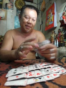 庄师父用来算牌卦的扑克牌,历经日月洗礼,已经发黄。