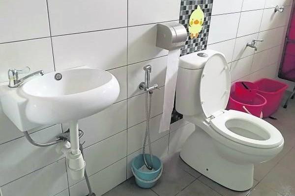 无论是在家还是在公司都不建议在厕所储水,会破坏风水,导致当事人的健康与财运都大受影响。