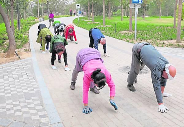 """在中国不管是老人还是年轻人都弯腰弓背,在地上爬来爬去,好像""""丧尸""""来袭……"""