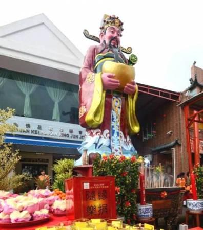 南马最大尊财神爷身高18尺,重量达180公斤。