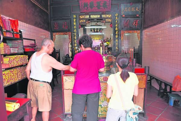 注生娘娘经过百年香火熏陶,灵气十足,纵使处在狭窄的鸡场街,仍然香火鼎盛。