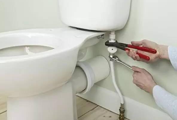 当厕所出现漏水现象,一定要找人修理,否则会破坏风水磁场。