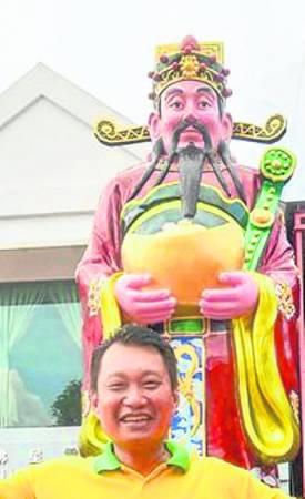 优景镇玉封至富财帛星君庙庙主杨永明表示,财神爷的就座典礼是配合马年的来临,欢迎公众到来参观和祈求好运。