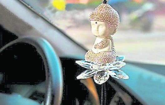 若要在车内放神像,一定要将神像的脸朝车内,这可保佑车主就能逢凶化吉。