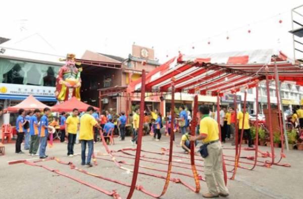无数的炮竹,为巨型财神爷开幕典礼掀开序幕。