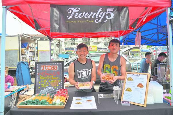 Jeffery (左)认真的做好每一位顾客点的意大利面。