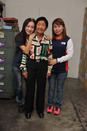 媳妇(右)的驾车技术也是刘玉清教的。
