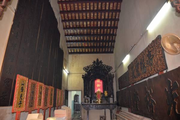 庙内收集了许多百年牌匾,以见证历史转变。