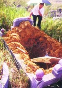 吴佰霖道长亲自前往勘察墓穴,并为珍妮的先人进行拾金及火化仪式。