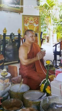 泰国德高望重的亚赞养尊,在制作坤平圣女佛牌之前,将圣女的骨灰和经粉混合,诵经20多年才开始制作佛牌。