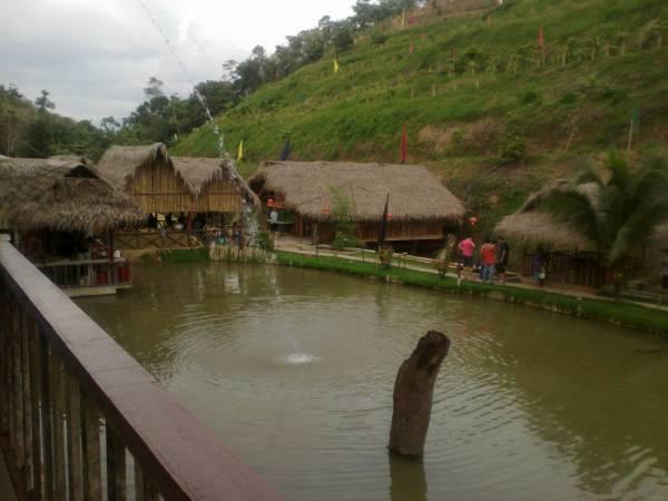 一看之下,尽是一座座用竹子与亚答叶搭建的涼亭,充满原始朴素感,再加婆娑起舞的椰树,环境甚是优美。