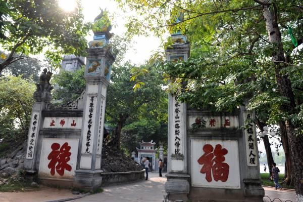 """在未进入玉山寺之前,门外建有一座五层石塔,大门由4根笔状石柱构成,还有汉字对联寓意""""金榜题名""""。"""