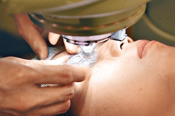 先进的仪器和纯熟的技术,更惠及深近视、远视和散光患者,从此摆脱眼镜随身。