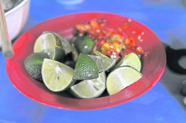 青柠檬、盐巴和红辣椒也是越南菜必备的佐料,不但能增进食欲,还可以促进血液循环。