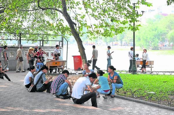 还剑湖景色迷人,市民们总喜欢在这里做运动,或三五成群聚在一起谈天说地。