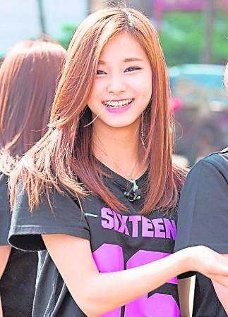 """南韩女团TWICE的16岁台湾成员周子瑜,因在韩国综艺节目《我的小电视机》节目中挥舞中华民国国旗,指其涉嫌""""台独"""",因此遭安徽卫视春节晚会除名,在网络引发巨大震荡。"""