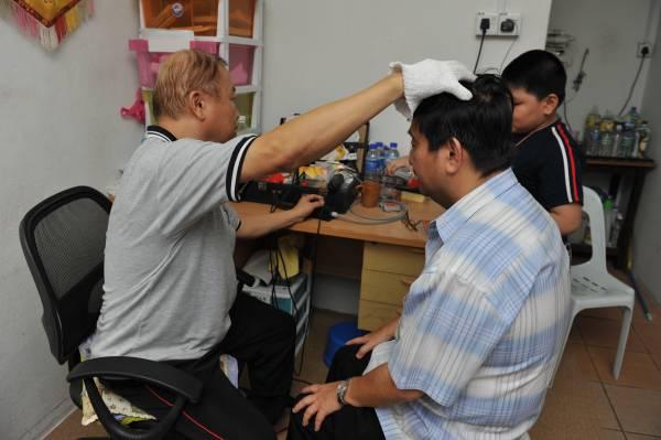 对于中风患者,主要先疏通头部血管阻塞的情况,再在其他部位进行电流点穴。若患者在黄金时间进行治疗,彭医师有99%的信心可治愈他们。