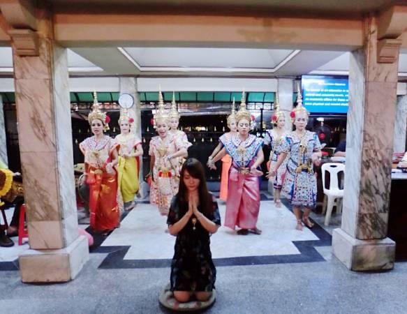 齐娜曾发生严重车祸,但只受轻伤,认为是四面佛救了她,康复后立刻飞往泰国请舞娘跳舞还愿。