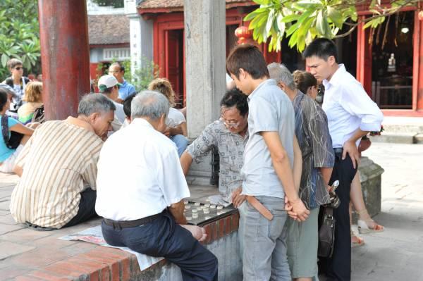 """玉山寺以""""礼""""和""""会""""为主,因此有许多市民在庙外聊天小憩、下棋,非常轻松又自在。"""