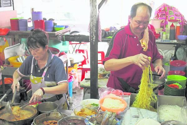 陈金福两夫妻一起用心经营这小小而闻名的咖哩面档。
