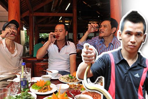 """在越南,""""吃蛇""""是平常事,就好像我们吃鸡肉、鱼肉那样普通。然而,蛇从外皮、蛇血、蛇心、蛇胆、蛇肉、蛇骨……全都是宝。"""