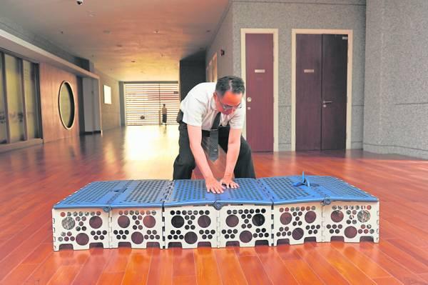 福慧床设计轻巧,成年人单手可以提着走,搬运便利,不用组装,使用时一拉开就能坐、能躺。