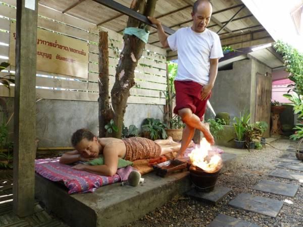 在泰国,有一种火烧按摩法,但山拿医师声称他的做法不一样,有神力和咒语加持。
