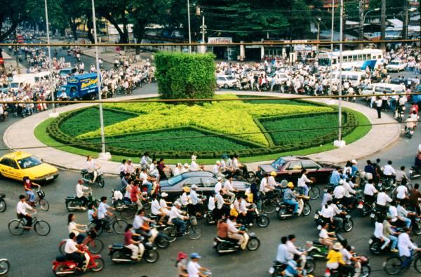 在越南的大马路上,不只是汽车和摩哆穿行,还有脚踏车骑士,稍微不留意就很容易发生碰撞。
